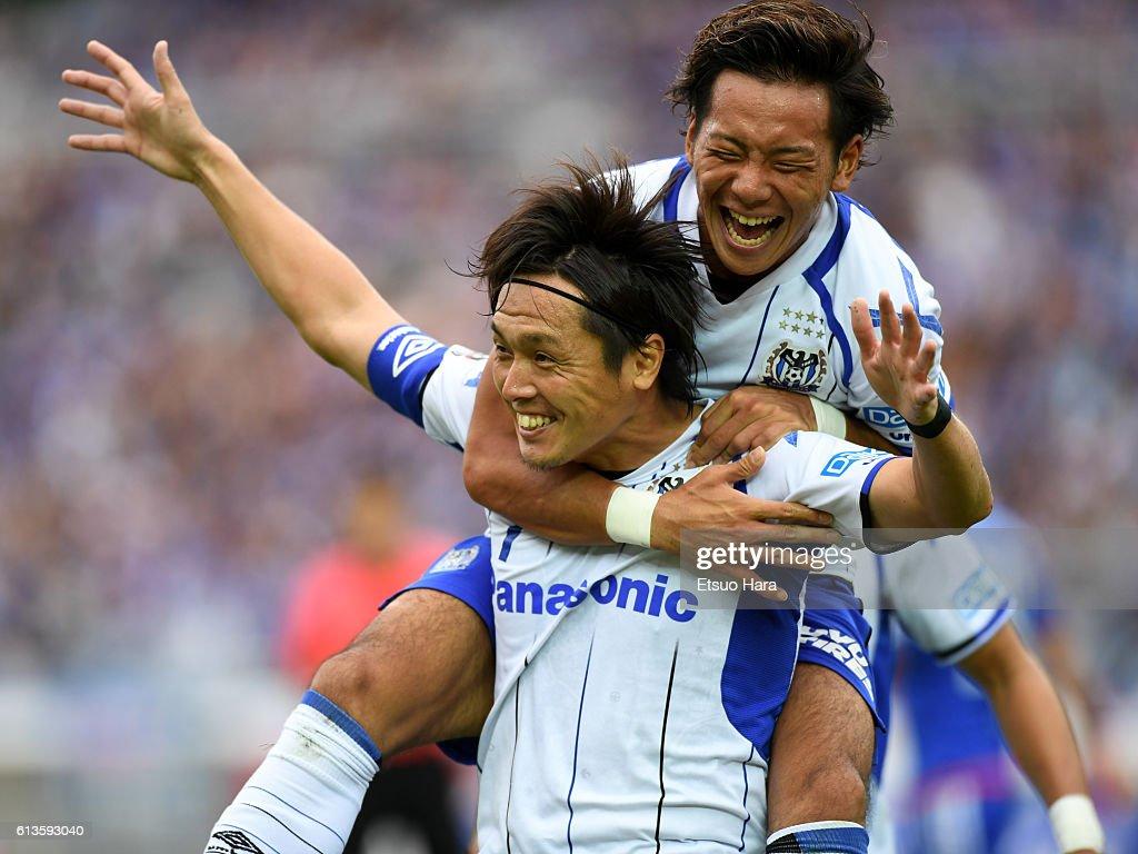 Yasuhiito Endo of Gamba Osaka(L) celebrates scoring his team's first goal during the J.League Levain Cup semi final second leg match between Yokohama F.Marinos and Gamba Osaka at the Nissan Stadium on October 9, 2016 in Yokohama, Kanagawa, Japan.