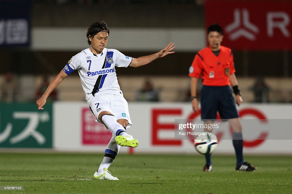 Yasuhito Endo of Gamba Osaka scores his team's second goal from a penalty spot during the J.League match between Shonan Bellmare and Gamba Osaka at Shonan BMW Stadium Hiratsuka on April 18, 2015 in Hiratsuka, Kanagawa, Japan.