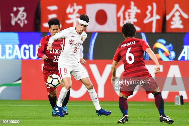 Yasushi Endo of Kashima Antlers and Oscar of Shanghai SIPG compete for the ball during the AFC Champions League Round of 16 first leg match between...
