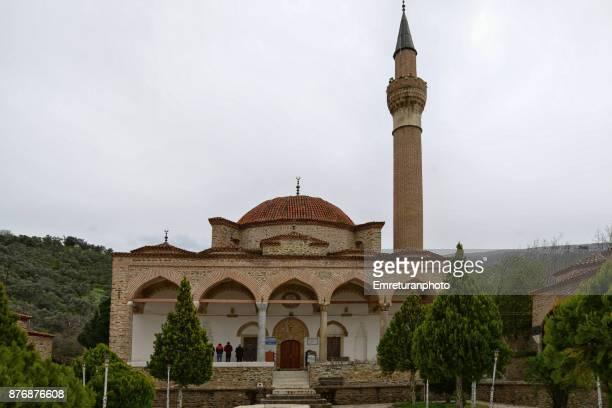 yavukluoglu mosque front view with people praying at tire,aegean turkey. - emreturanphoto stock-fotos und bilder