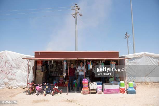 yazidi winkelier in idp kamp in irak - irak stockfoto's en -beelden