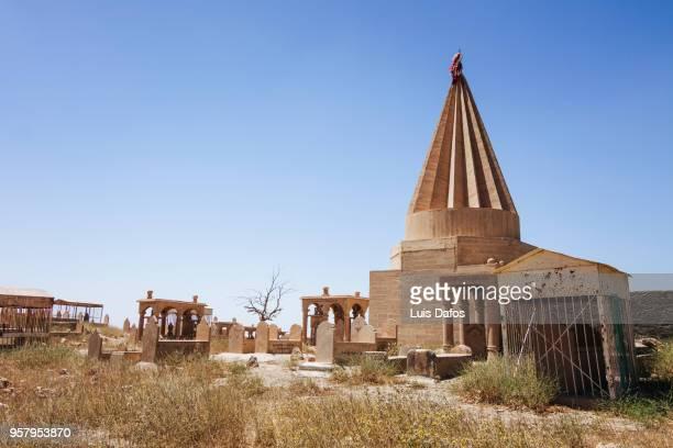 yazidi temple and graveyard - ニナワ県 ストックフォトと画像