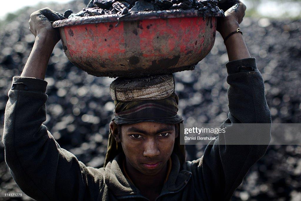 Coal Workers in Jaintia Hills, India : News Photo