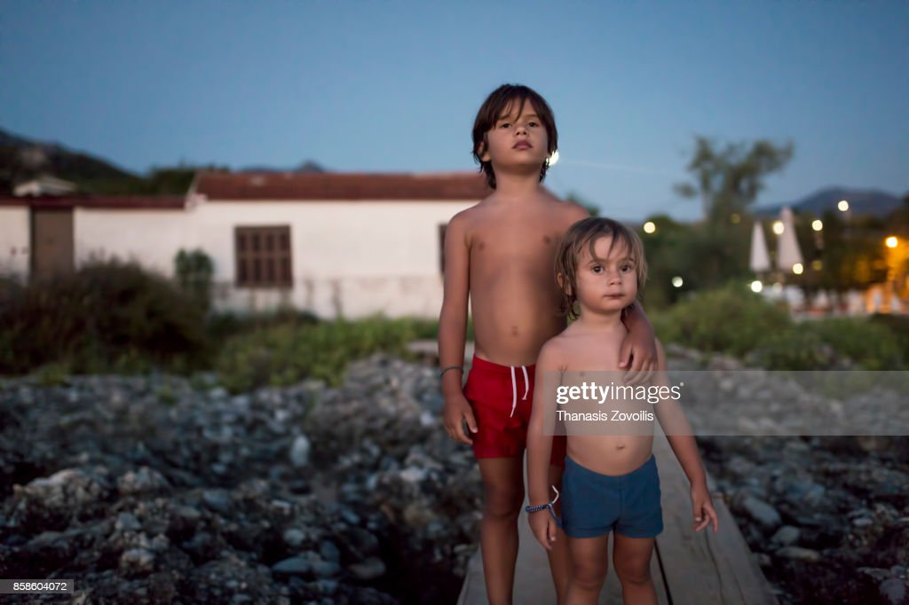 6 year old boy with his brother : Stock-Foto