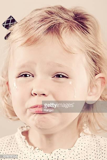 3 歳の少女の泣く