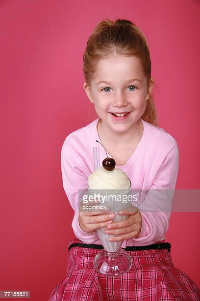 5 1/2 year old girl enjoying a milkshake - 4 5 anni foto e immagini stock