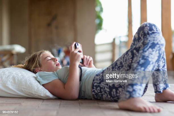 12 year old girl listening to music - 12 13 jaar stockfoto's en -beelden