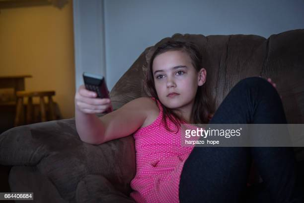 12 year old girl watching tv - 12 13 jaar stockfoto's en -beelden