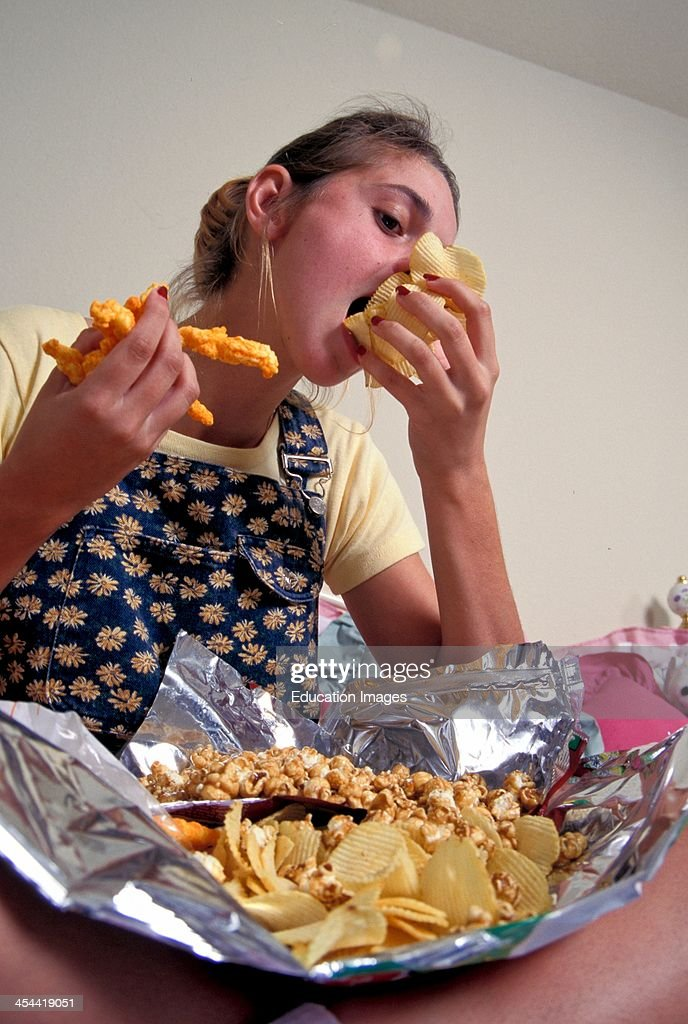 16 Year Old Girl With Bulimia, Bingeing Phase : News Photo
