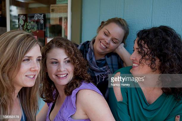 30 year old girlfriends get together - 30代の女性だけ ストックフォトと画像