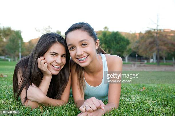 12 year old girls lying in grass - 12 13 jaar stockfoto's en -beelden