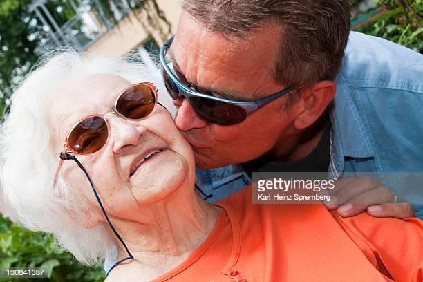 97 year old nursing home resident receiving affection - de amado carrillo fuentes fotografías e imágenes de stock
