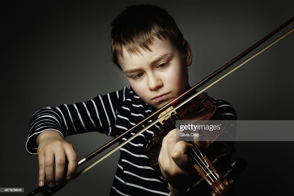 10 year old playing the violine : ストックフォト