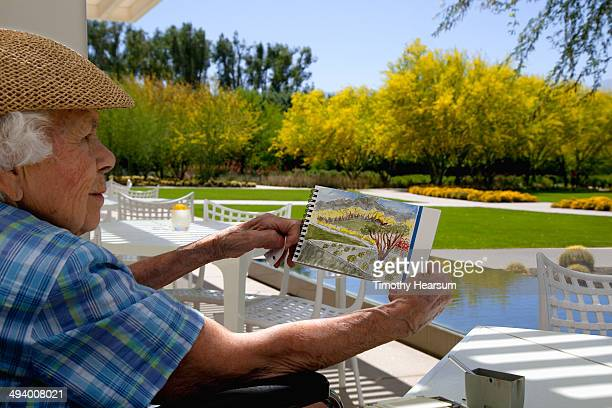 96 year old plein air artist admires her sketch - timothy hearsum stock-fotos und bilder
