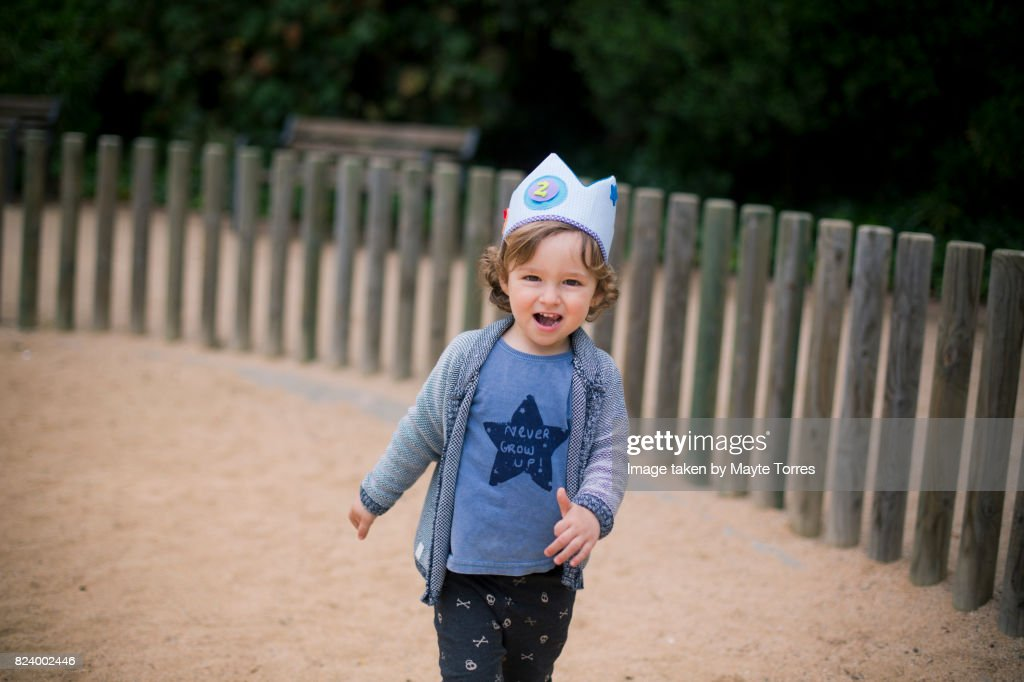 2 Year Old Wearing A Birthday Crown Stock Foto