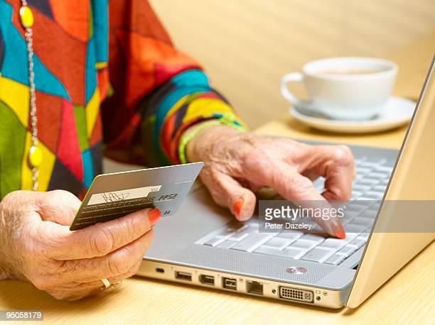 70 year old woman buying on line - 70 79 jaar stockfoto's en -beelden