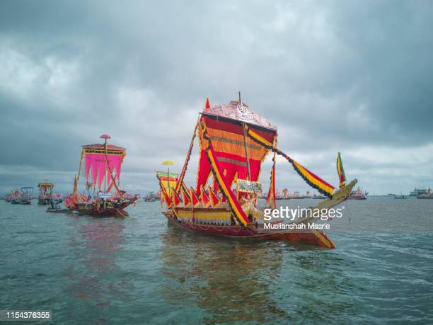 yearly event, the regatta lepa in semporna, sabah, malaysia. boats with colourful flags calls sambulayang. lepa means boat or traditional canoe in the dialect of east coast bajau. - {{asset.href}} stock-fotos und bilder