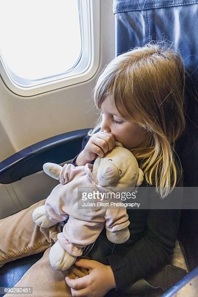 a 5 year-old girl sleeps on a plane. - chupando dedo - fotografias e filmes do acervo