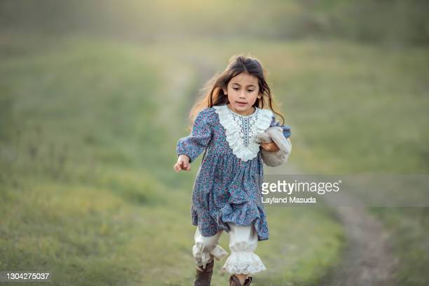 5 years girl running through meadow with bunny - petite fille culotte photos et images de collection