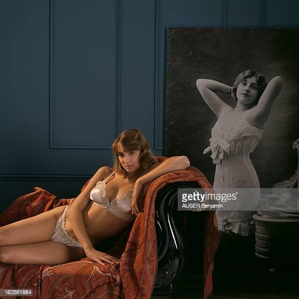 100 Years Of The Bra En France en juillet 1989 une femme en soutiengorge allongée sur un canapé une photo ancienne derrière elle montrant la mode de...