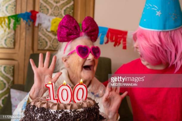 100 jaar oude verjaardagstaart naar oude vrouw ouderen - happy birthday vintage stockfoto's en -beelden