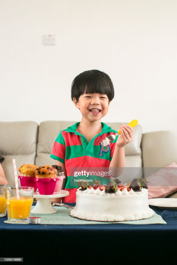 Groovy 4 Years Old Boy And Birthday Cake Stockfoto Getty Images Personalised Birthday Cards Beptaeletsinfo