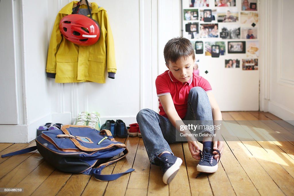 A 7 years old boy is ready to go to school : Foto de stock