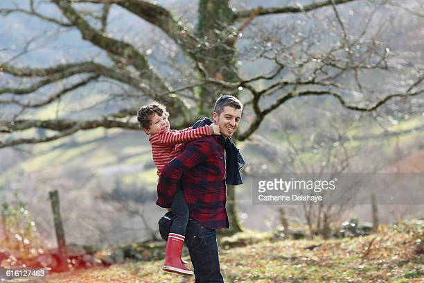 a 5 years old boy on the back of his dad - delahaye stock photos and pictures