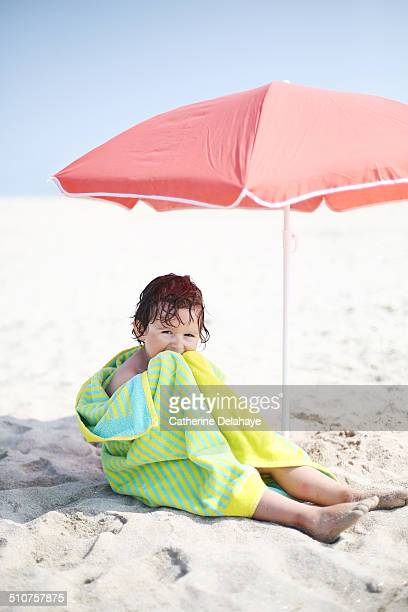 a 4 years old boy on the beach - 4 5 years stock pictures, royalty-free photos & images