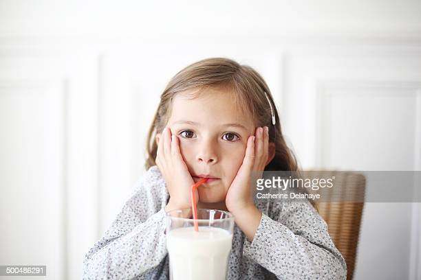 a 5 years old girl drinking milk - 4 5 years photos stock pictures, royalty-free photos & images