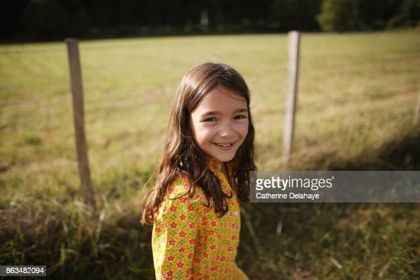 a 8 years old girl in the countryside - 8 9 jahre stock-fotos und bilder