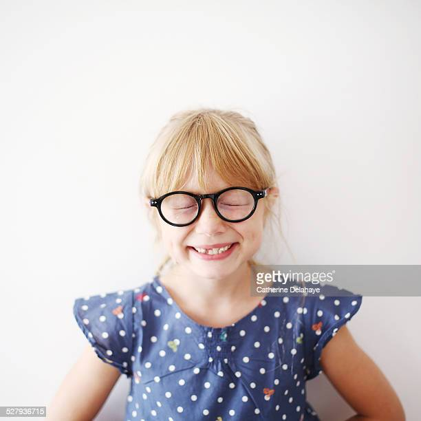 a 8 years old girl with glasses - personas sin dientes fotografías e imágenes de stock