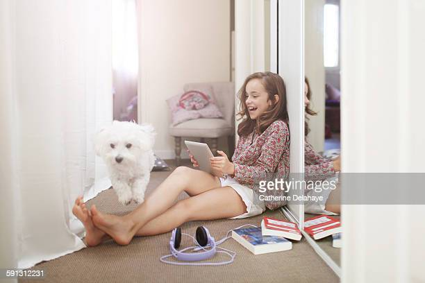 a 10 years old girl with her dog and a tablet - 10 11 jahre stock-fotos und bilder