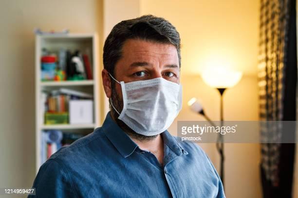 un uomo di 30-39 anni che sta a casa per allontanamento sociale. è noioso ma necessario per la protezione dal coronavirus. - 30 39 years foto e immagini stock