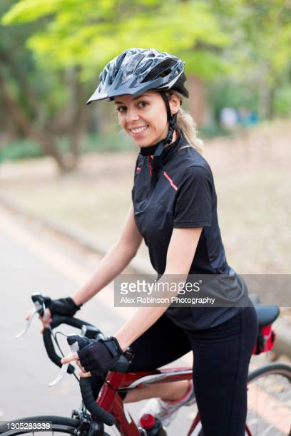 a 30-39 years old woman cyclist in cycling gear - 30 39 years imagens e fotografias de stock