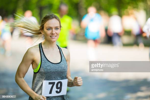 27 years old woman during running event - 25 29 years stock pictures, royalty-free photos & images