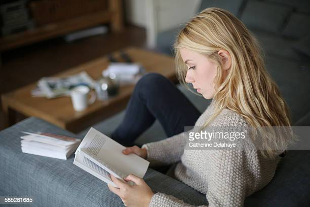 a 18 years old young woman reading a book - lendo - fotografias e filmes do acervo