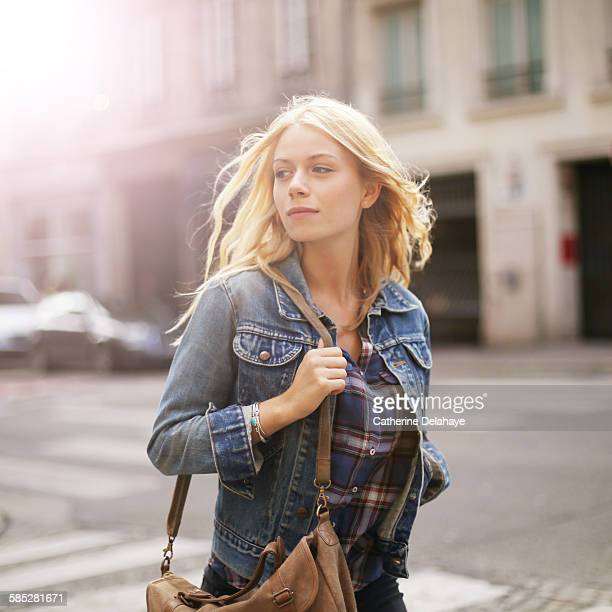 a 18 years old young woman walking in the street - jeune femme blonde photos et images de collection