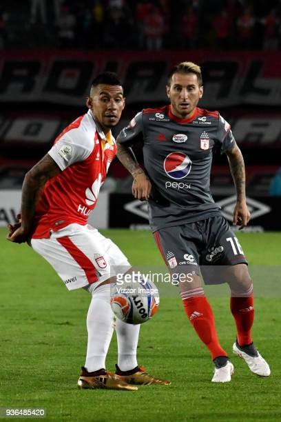 Yeison Gordillo of Independiente Santa Fe struggles for the ball with Dario Bottinelli of America de Cali during a match between Independiente Santa...