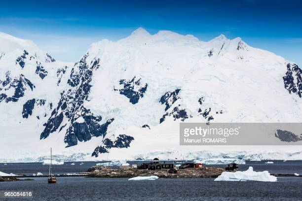 yelcho base (chile), paradise harbour, antarctica - houses in antarctica stock pictures, royalty-free photos & images