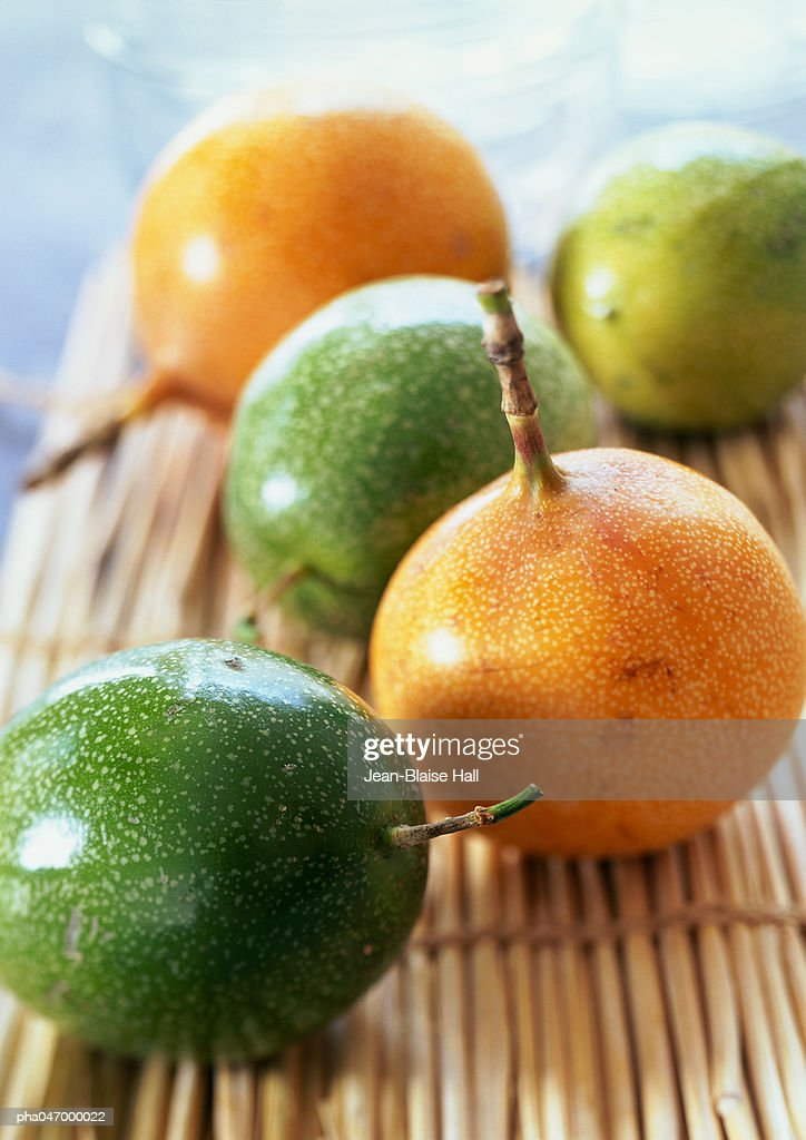 Yellow and green guavas with stems on bamboo mat, close-up : Stockfoto