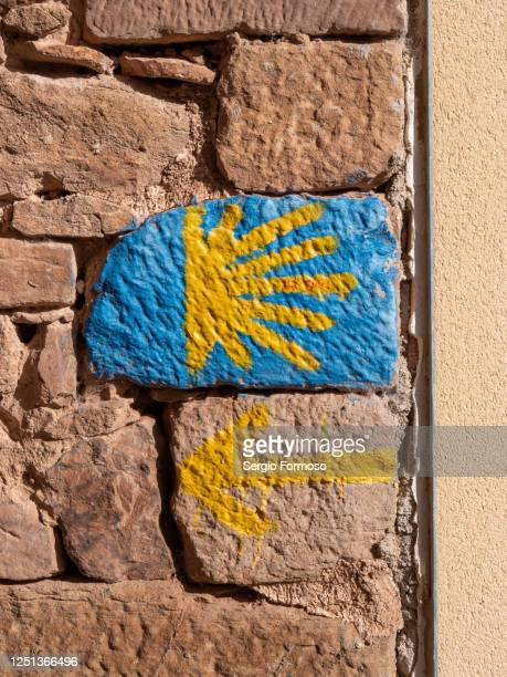 yellow arrow and star signs show the way to santiago de compostela, navarra, spain - camino de santiago stock pictures, royalty-free photos & images