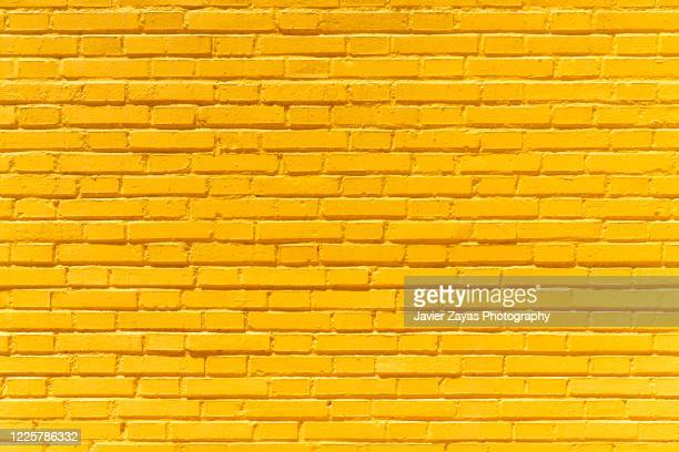 yellow brick wall background - ladrillo fotografías e imágenes de stock