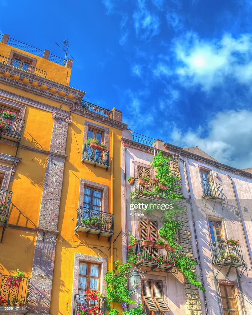 Amarillo edificio bajo un cielo azul : Foto de stock