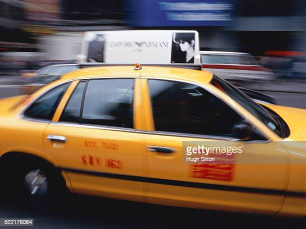 yellow cab driving in new york - hugh sitton stock-fotos und bilder