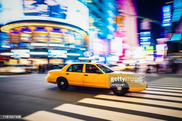黃色計程車在曼哈頓中城超速行駛 - 跟拍鏡頭 個照片及圖片檔