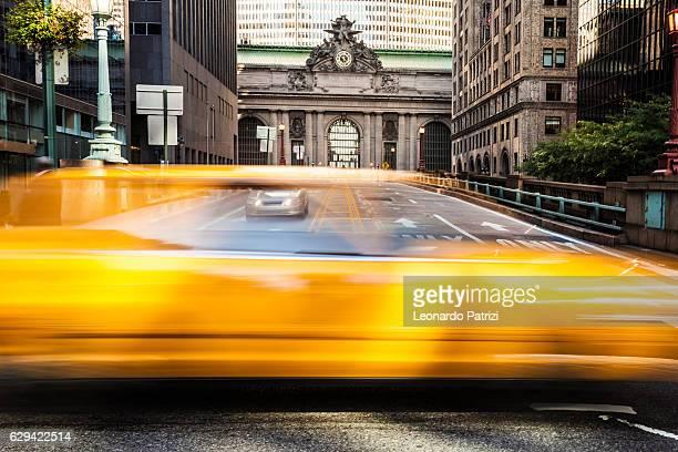 グランドセントラルの前でnycの黄色いタクシーのトラフィック - パークアベニュー ストックフォトと画像
