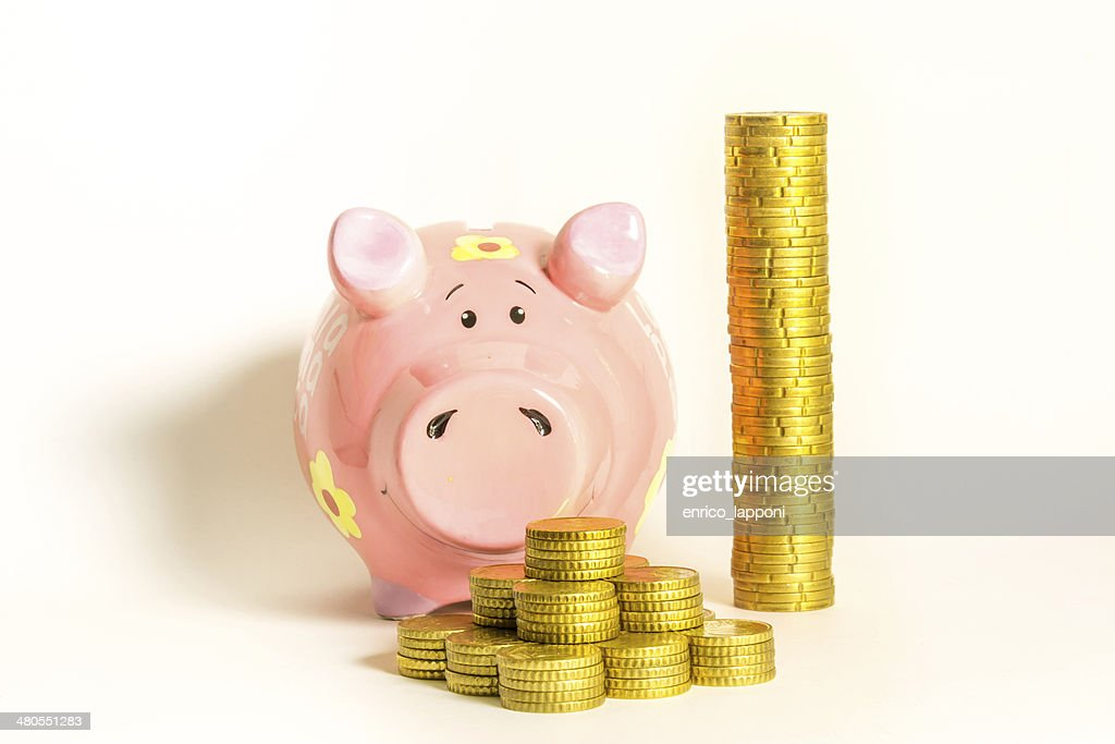 Amarelo moedas com um Porquinho-bank : Foto de stock