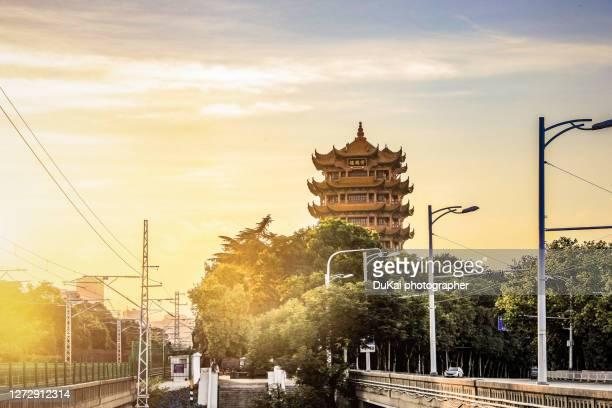 yellow crane tower in wuhan yangtze river bridge - wuhan photos et images de collection