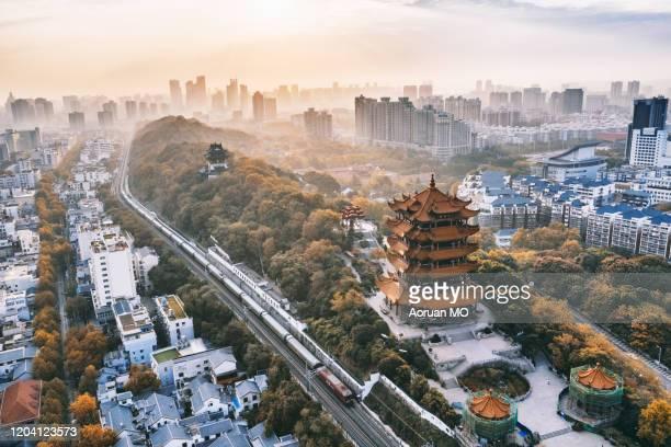 yellow crane tower 黄鹤楼 - ciudad de wuhan fotografías e imágenes de stock